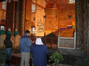 berdoa di kuburan wali