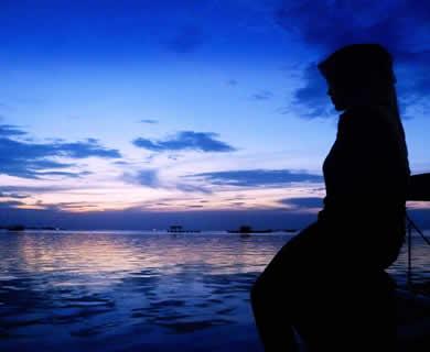 siluet-muslimah-laut-biru-sore