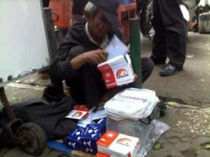 kakek penjual amplop